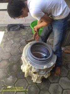 Penyebab mesin cuci bau beserta solusinya